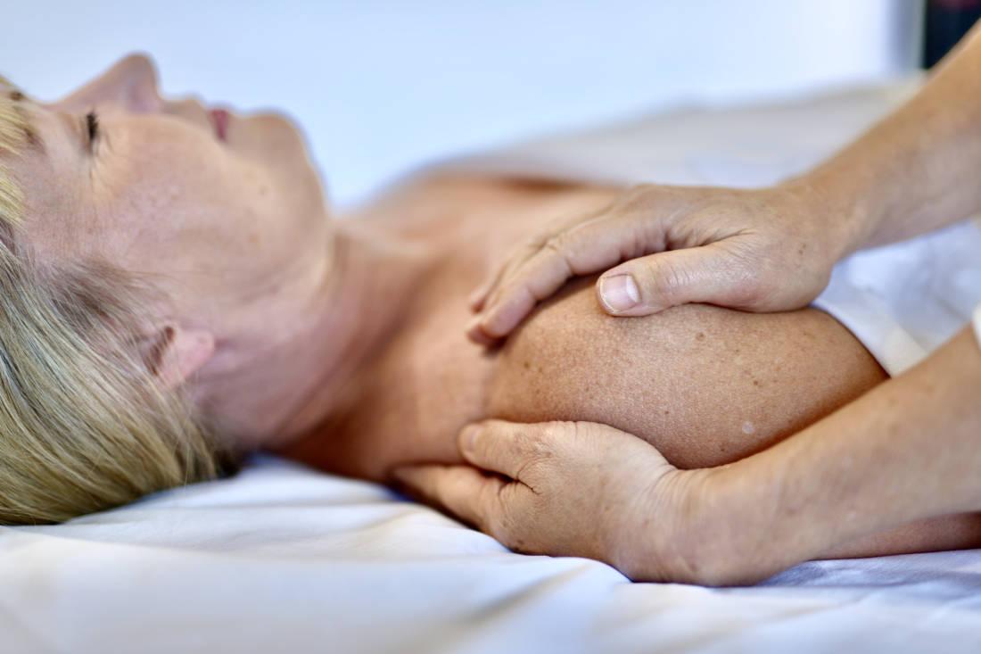En kvinna får en behandling i rosenmetoden.
